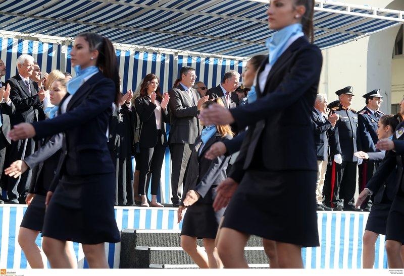 9654ee7c017 Η μαθητική παρέλαση στη Θεσσαλονίκη: Μίνι φούστες, η Νοτοπούλου και το  τούλινο φόρεμα της