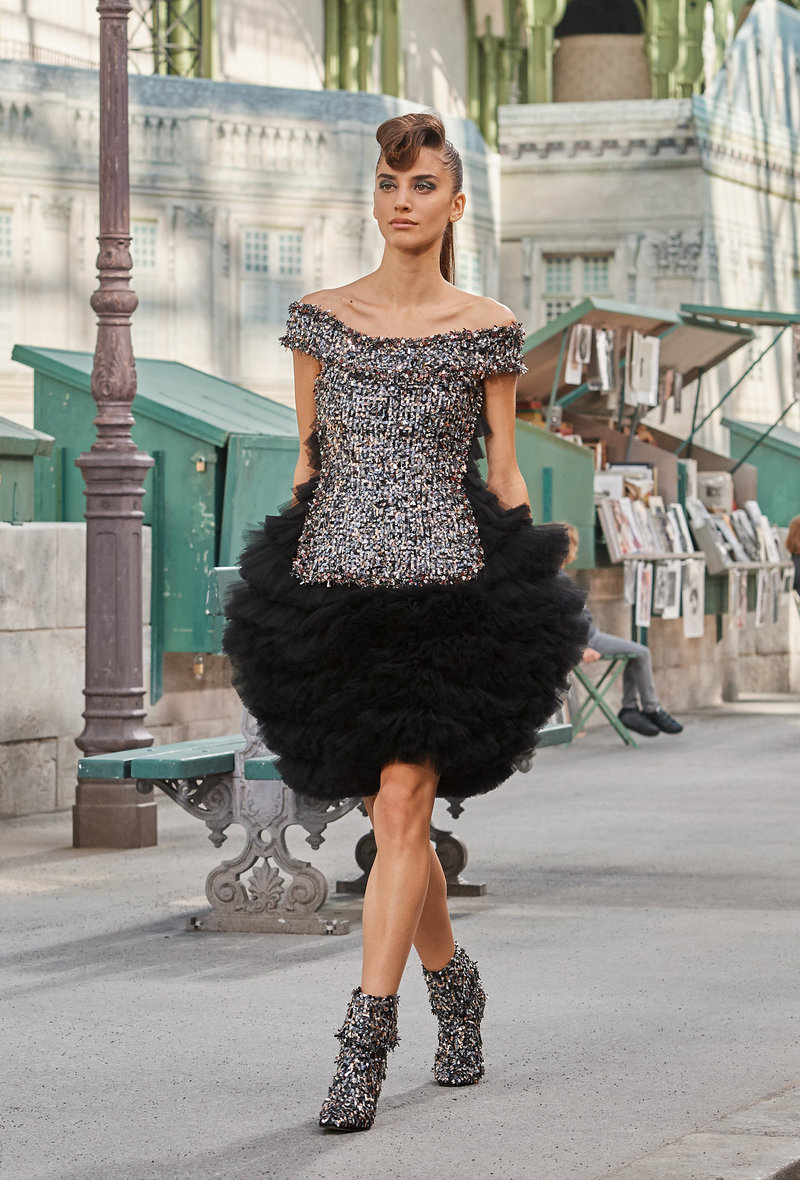 Οι μπαλούν φούστες συνδυάζονται με στενά τοπ με λάμψεις.