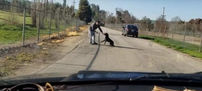 Ανδρας εγκαταλείπει τον σκύλο του