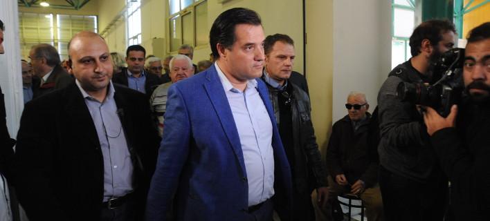 Ο Αδωνις πήγε έξω από το θέατρο του Λαζόπουλου – Διαμαρτυρήθηκε γιατί τον εξύβριζε – Δεν του επέτρεψαν την είσοδο [εικόνες&βίντεο]