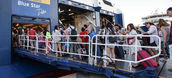 Με αεροπλάνα και βαπόρια οι αδειούχοι εγκαταλείπουν την Αθήνα -Χαμός σε αεροδρόμιο και λιμάνια [εικόνες]