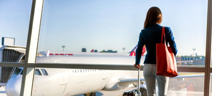 Κοπέλα στο αεροδρόμιο /Φωτογραφία: Shutterstock