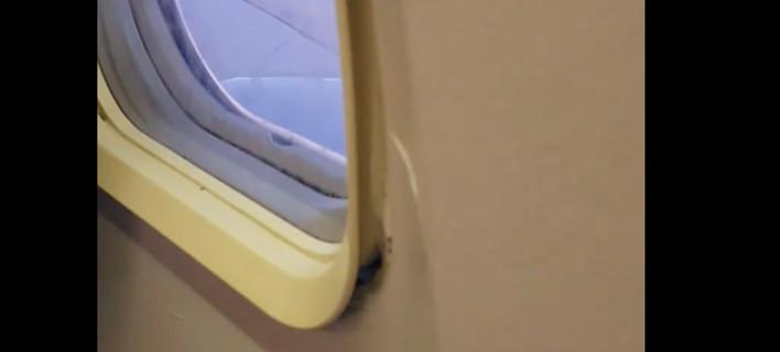 Παράθυρο αεροσκάφους ξεκολλάει από τη θέση του -Απίστευτο περιστατικό στην καμπίνα επιβατών [βίντεο]