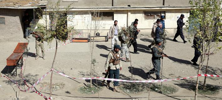 Δυνάμεις ασφαλείας έξω από εκλογικό κέντρο μετά την έκρηξη/Φωτογραφία: ΑΡ