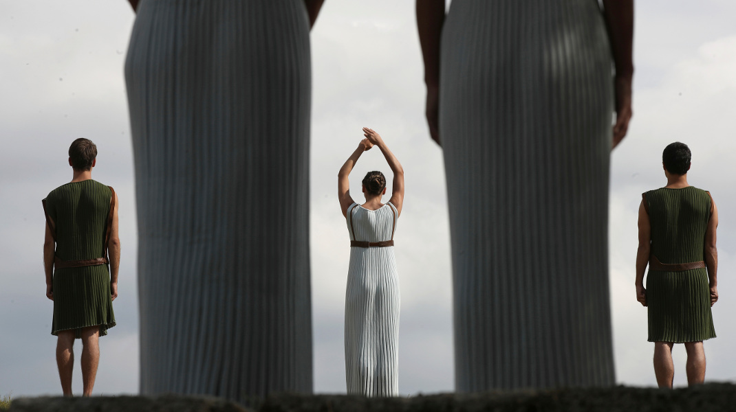Τον γύρο του κόσμου κάνουν οι εικόνες από την τελετή αφής της φλόγας για τους Ολυμπιακούς της Ν. Κορέας -Φωτογραφία: AP Photo/Petros Giannakouris