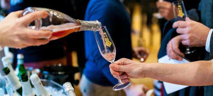 «Αφρός και Φυσαλίδες»: Κόκκινα, λευκά ροζέ αφρώδη κρασιά από όλο τον κόσμο για τους λάτρεις του είδους