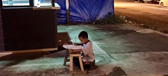 Συγκινητική ιστορία: Ενας 8χρονος μαθαίνει γράμματα στο δρόμο υπό το φως των McDonald's [εικόνες]