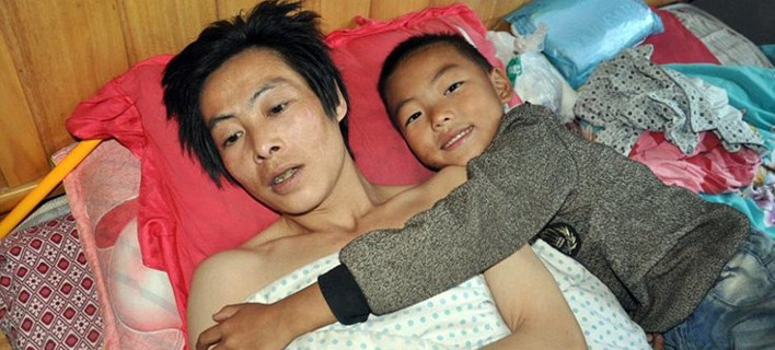 Mικρό αγόρι, μεγάλες ευθύνες: Φροντίζει τον παράλυτο πατέρα του από τότε που τον εγκατέλειψε η μητέρα του [εικόνες]