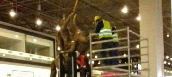 Αποκαθηλώθηκε το άγαλμα του Μεγάλου Αλεξάνδρου από το αεροδρόμιο των Σκοπίων [βίντεο]