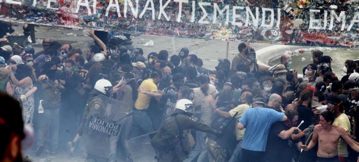Τα επεισόδια έξω από τη Βουλή με τους «αγανακτισμένους» το 2011 -Φωτογραφία: EUROKINISSI-ΒΑΙΟΣ ΧΑΣΙΑΛΗΣ