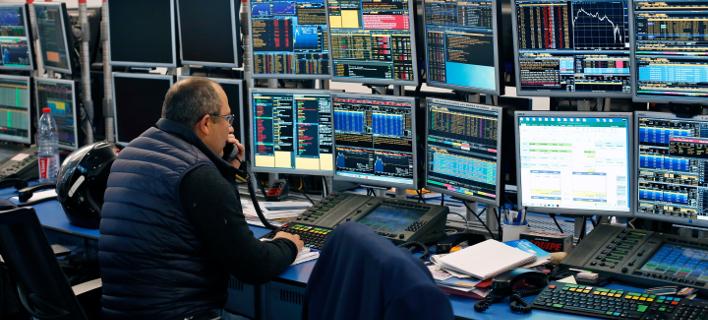 Γάλλος χρηματιστής μπροστά σε μόνιτορ παρακολουθεί τις τιμές των μετοχών/Φωτογραφία:ΑΡ