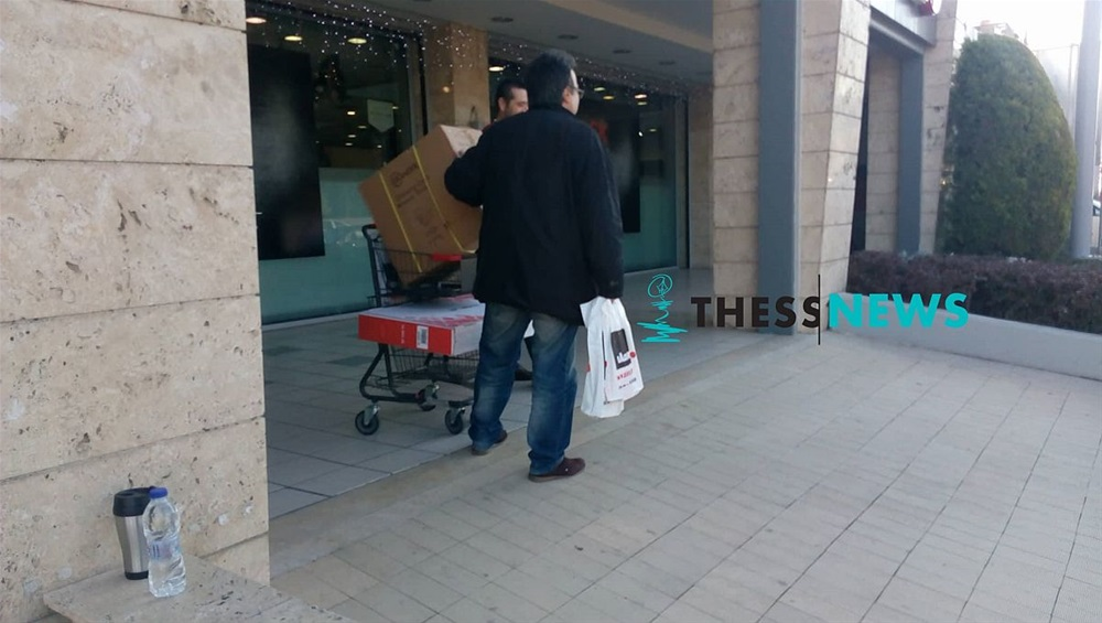435e6400f15 Θεσσαλονίκη: Ουρές και σπρωξίματα για τις προσφορές της Black Friday  [εικόνες & βίντεο]