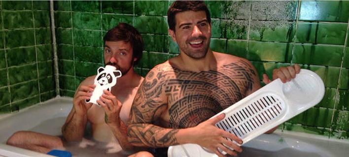 Ξεμωράθηκαν: Αδέλφια στα 30 τους φωτογραφήθηκαν όπως όταν ήταν μωρά -Γυμνοί στην μπανιέρα [εικόνες]