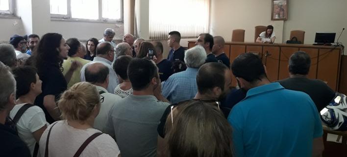 Ενταση στο δικαστικό μέγαρο Αγρινίου -Φωνές και συνθήματα κατά των πλειστηριασμών [εικόνες & βίντεο]