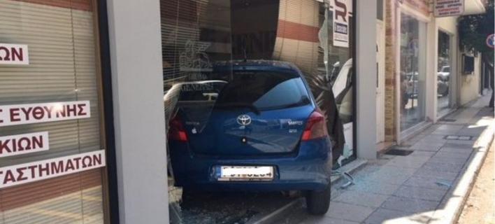 Αγρίνιο: Αυτοκίνητο τράκαρε και... μπούκαρε σε τζαμαρία ασφαλιστικού γραφείου -Φωτογραφίες: agriniopress