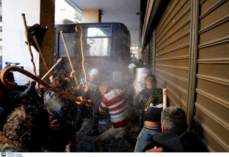 Συμβαίνει Τώρα!! Μάχες σώμα με σώμα ΜΑΤ-αγροτών: Χημικά & μαγκούρες στο Αγροτικής Ανάπτυξης