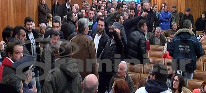 Αγρότες εισέβαλαν σε εκδήλωση του ΣΥΡΙΖΑ στην Καβάλα -Τα «άκουσε» ο Φάμελλος [βίντεο]