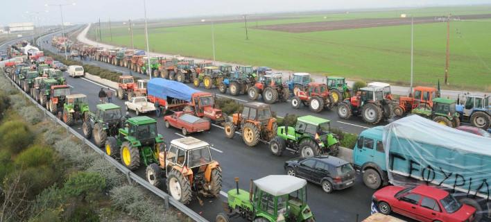 Οι αγρότες πολιορκούν την κυβέρνηση -Επιτίθενται φραστικά σε βουλευτές