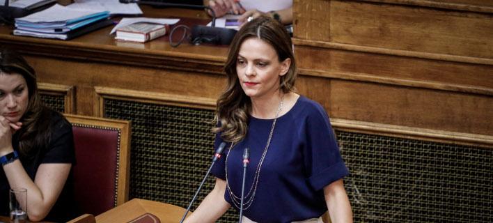 Η υπουργός Εργασίας Εφη Αχτσιόγλου στο βήμα της Βουλής-Φωτογραφία: Eurokinissi/Γιώργος Κονταρίνης