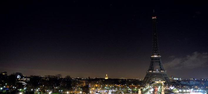 Τα ψέματα που κυκλοφόρησαν στα social media μετά το μακελειό -Τα φώτα στον πύργο του Αιφελ και άλλα [εικόνες]