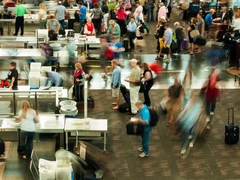 Η πιο μολυσμένη περιοχή του αεροδρομίου, λοιπόν, φαίνεται πως είναι ο χώρου του «Ελέγχου Ασφαλείας» και κυρίως οι πλαστικοί κάδοι όπου οι επιβάτες βάζουν τα πράγματα τους, ώστε να περάσουν από το σύστημα.