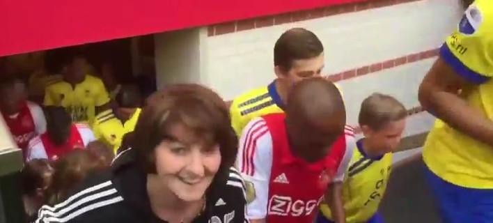 Συγκίνηση στην Ολλανδία - Μπήκαν στο γήπεδο συνοδευόμενοι από τις μητέρες τους [βίντεο]