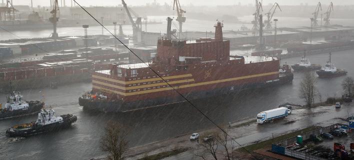Το πλωτό πυρηνικό εργοστάσιο Akademik Lomonosov (Φωτογραφία: AP/Dmitri Lovetsky)