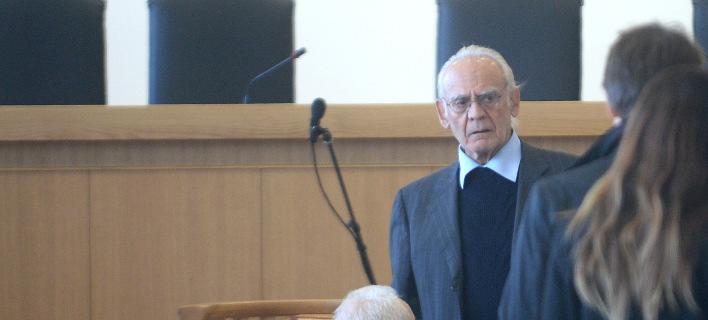 Ράκος ο Ακης -Εμαθε στο δικαστήριο ότι η Βίκυ τού ζητά διαζύγιο