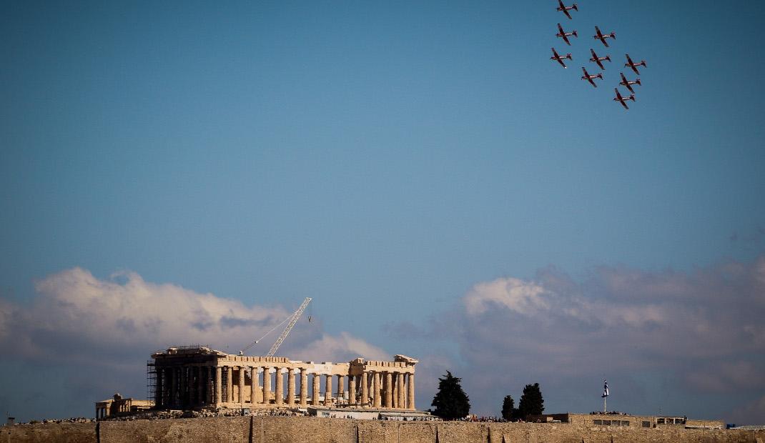 Αεροσκάφη πετούν σε χαμηλό ύψος πάνω από την Ακρόπολη