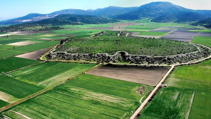 Η μυκηναϊκή ακρόπολη του Γλα είναι χτισμένη πάνω σε έναν απόκρημνο βράχο