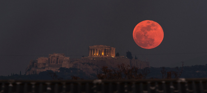 H «ματωμένη» Σελήνη πάνω από τον Παρθενώνα / Φωτογραφία: ΑP Images