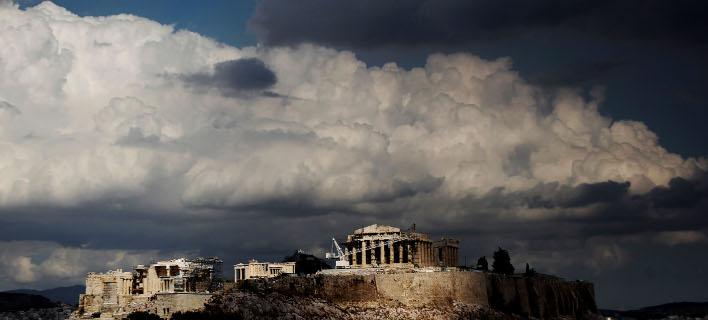 Βαριά σύννεφα εξακολουθούν να απειλούν την ελληνική οικονομία (Φωτογραφία αρχείου: ΑΡ/Petros Giannakouris)