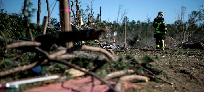 Αλαμπάμα: Πυροσβέστης ψάχνει στα συντρίμμια (Φωτο: ΑΡ)
