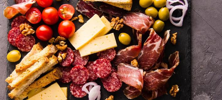 Μία παλέτα με τυριά και αλλαντικά, Φωτογραφία: Shutterstock