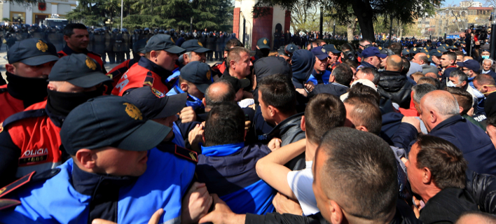 Διαδηλωτές ήρθαν στα χέρια με αστυνομιικούς έξω από τη Βουλή στα Τίρανα (Φωτογραφία:ΑΡ / Hektor Pustina)