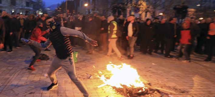 Επεισόδια έξω από την αλβανική βουλή/ Φωτογραφία: AP- Hektor Pustina