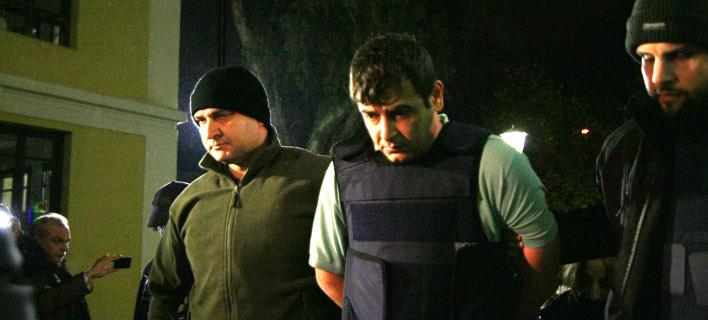 Προφυλακιστέος ο Αλβανός που γάζωσε με καλάσνικοφ μπαρ στο Μικρολίμανο