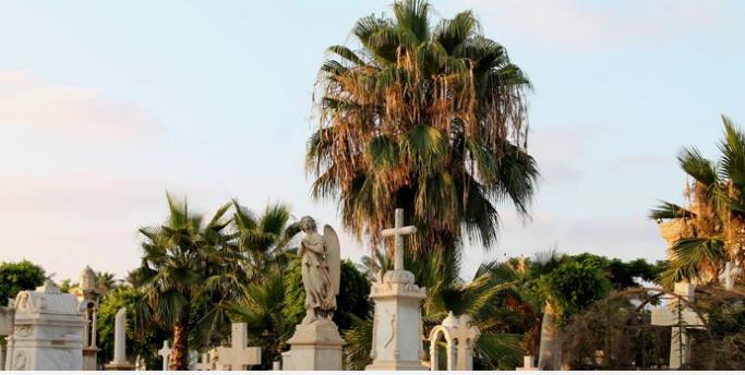 Εδώ βρίσκεται  ο οικογενειακός τάφος του ποιητή Καβάφη και οι τάφοι μεγάλων ευεργετών της Ελληνικής Κοινότητας Αλεξανδρείας