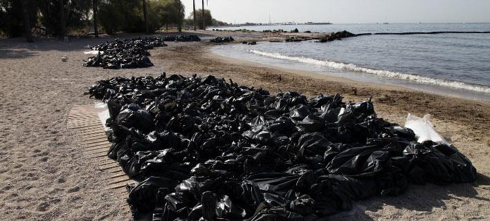 Εργασίες καθαρισμού στην παραλία Αλίμου (Φωτογραφία: EUROKINISSI/ΓΙΑΝΝΗΣ ΠΑΝΑΓΟΠΟΥΛΟΣ)