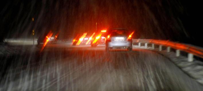Χιόνια στο οδικό δίκτυο και αντιολισθητικές αλυσίδες EUROKINISSI/ΘΑΝΑΣΗΣ ΚΑΛΛΙΑΡΑΣ