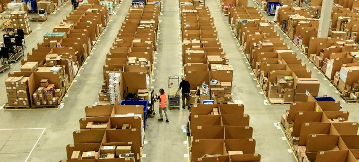 Η Amazon ανήγγειλε το περασμένο φθινόπωρο ελάχιστο ωρομίσθιο 15 δολαρίων για τους εργαζόμενους της στις ΗΠΑ (Φωτογραφία: AP/Martin Meissner)