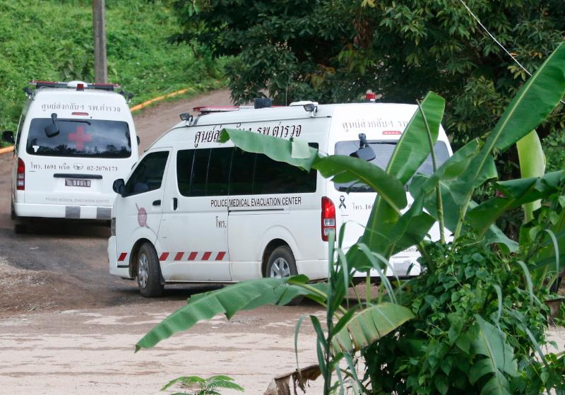 Με ασθενοφόρο και ελικόπτερα μεταφέρθηκαν στο νοσοκομείο τα 4 από τα 8 παιδιά που έχουν βγει από το σπήλαιο. Φωτογραφία: AP