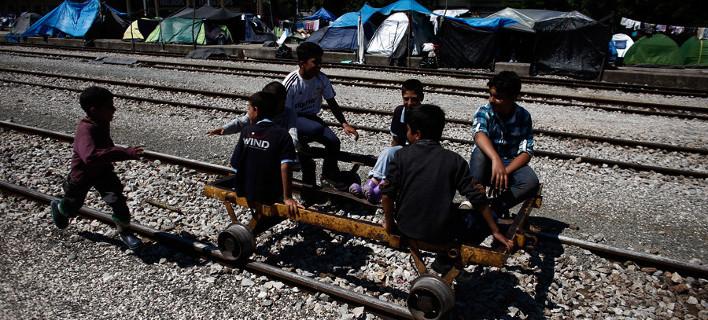 Παρέμβαση της Διεθνούς Αμνηστίας για τον εξευτελισμό των 5 προσφυγόπουλων στο ΑΤ Ομόνοιας