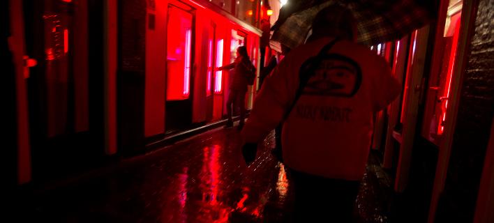 H διάσημη «συνοικία με τα κόκκινα φανάρια» στο Άμστερνταμ (Φωτογραφία: ΑΡ/Peter Dejong)