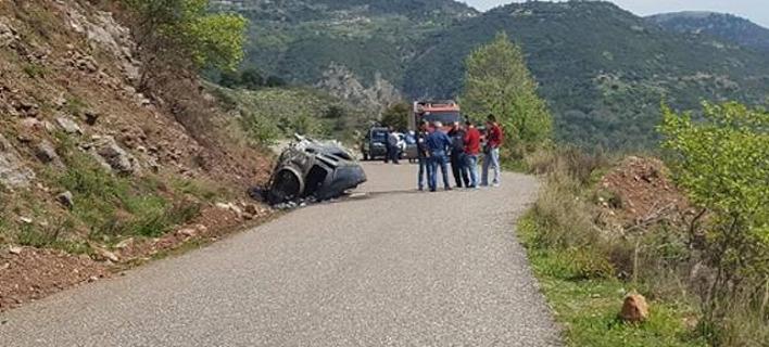 Το αυτοκίνητο που έχει πάρει φωτιά. Φωτογραφία: agriniopress