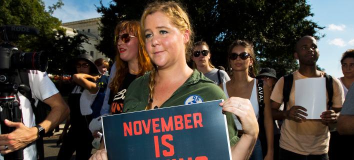 Η Έιμι Σούμερ στη διαδήλωση κατά του Μπρετ Κάβανο / Φωτογραφία: ΑΡ