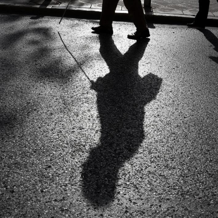 Αντανάκλαση σκιάς τυφλού ανθρώπου σε πεζοδρόμιο/Φωτογραφία: Eurokinissi