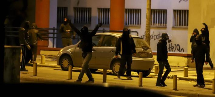Ομάδα 200 «κομάντο» του αντιεξουσιαστικού χώρου προσπάθησε να καταστρέψει την εξέδρα και τα μεγάφωνα του συλλαλητηρίου
