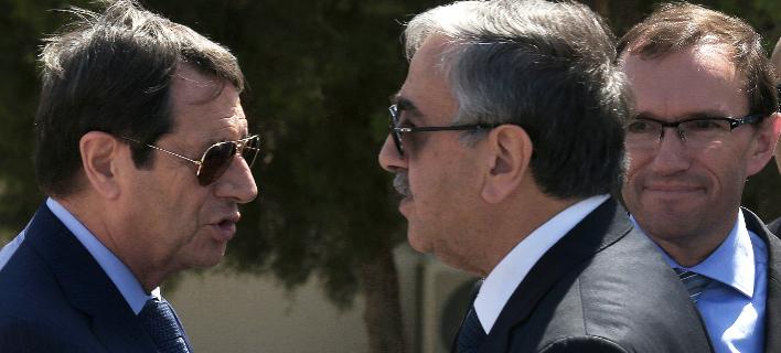 Νίκος Αναστασιάδης & Μουσταφά Ακιντζί (Φωτογραφία: AP Photo/Petros Karadjias, File)