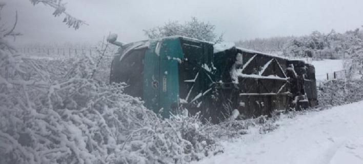 Ανετράπη λεωφορείο του ΚΤΕΛ στην Ελασσόνα